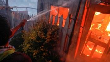Νύχτα τρόμου στη Μόρια: Αλλοδαποί μπήκαν στο χωριό και καίνε σπίτια με ανθρώπους μέσα! (βίντεο)