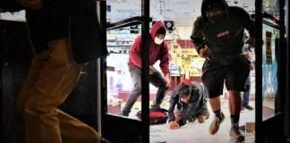 Σάμος: Παράνομοι μετανάστες κάνουν μαζικό πλιάτσικο σε κατεστραμμένα σπίτια & μαγαζιά