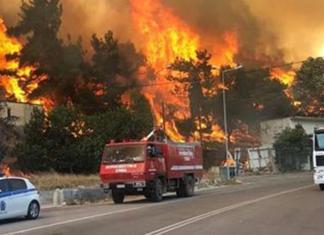 NEA Φωτιά στα Βίλια: εκκενώσεις, καμένα σπίτια και αγωνία για τον Κιθαιρώνα