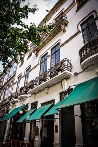 Restaurante Bar Galeria De Paris at no. 56 has a beautiful renovated facade and quirky interior