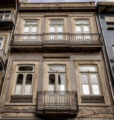 Maquinas de Outros Tempos has a modest Art Nouveau facade and many classic, modern and trendy cameras inside the store