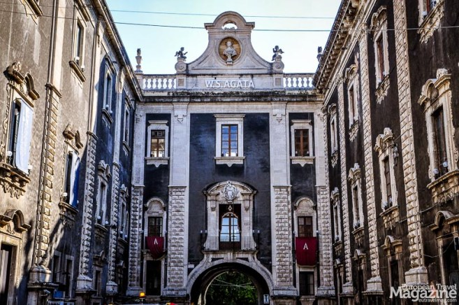 Like so many other buildings, the Porta Uzeda was built after the devastating earthquake of 1693 in late Baroque style.