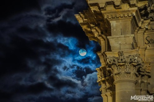 When the full moon lights up the blue sky, the golden Baroque buildings are even more charming
