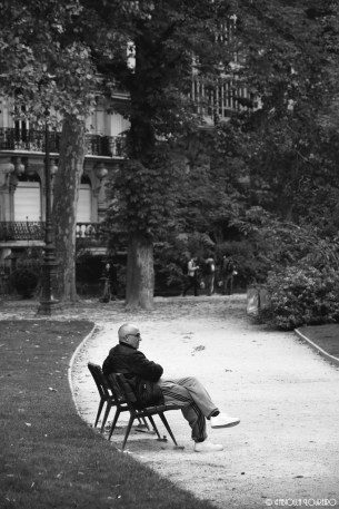 A Parisian relax in front of the Eiffel Tower on an autumn day