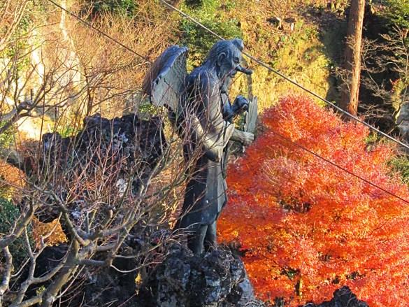 Kencho-ji-Kamakura-Giappone-statua-lungo-la-collina-japan