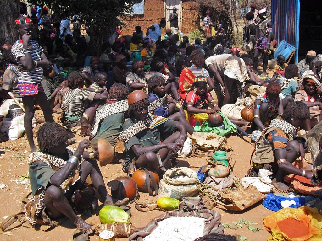 Key-Afar-gente-seduta-Omo-Valley-Etiopia-Africa-market