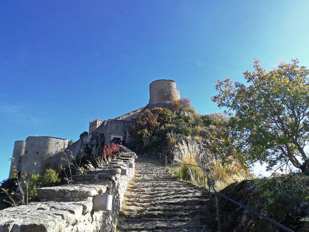 roccascalegna-dal-basso-roccascalegna-castello-roccascalegna-castelli-abruzzo-borghi-abruzzo-Abruzzo-Italia-Italy