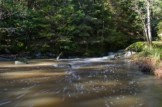 Litet vattenfall ut i dammen