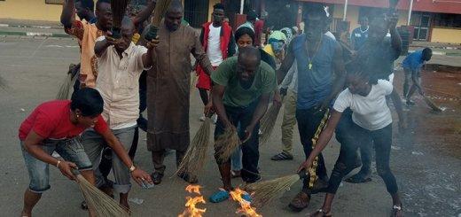 Benue Youths - Angrily wash Buhari's 'Bad Luck', Burn APC Brooms After Visit