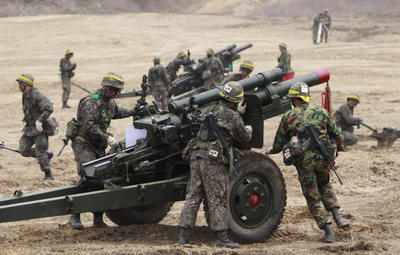 South Korean Army soldiers prepare to fire 105 mm howitzers during an exercise in Paju, South Korea, near the border village of Panmunjom, on 16 April 2013. (Photo: AAP)