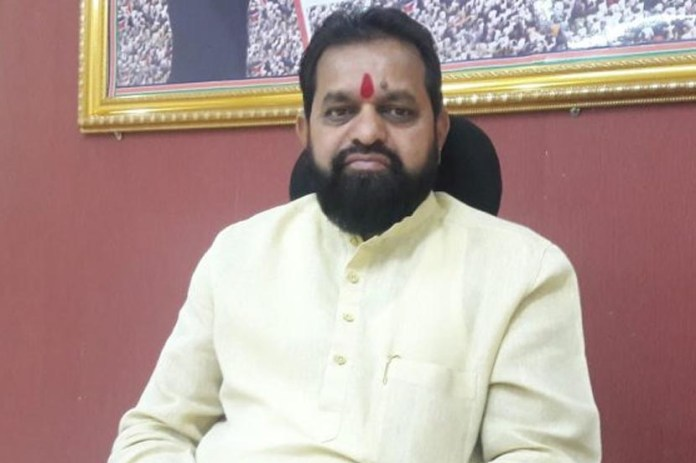 Shiv Sena MLA tears off list with English names | DH Latest News, DH NEWS,  Latest News, India, NEWS , Maharashtra, Marathi