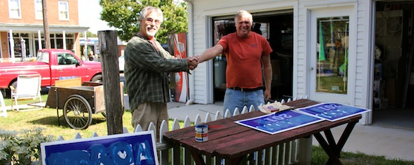 Ron Rothman discusses Pacific Northwest issues with a potential voter from Coos Bay, Oregon.