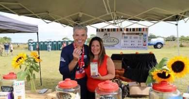 Suffolk County Executive Steve Bellone with a vendor at the 2015 Suffolk Marathon.