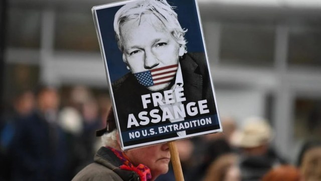 Assange complains about having insufficient private exchanges with his defense e1582760084209