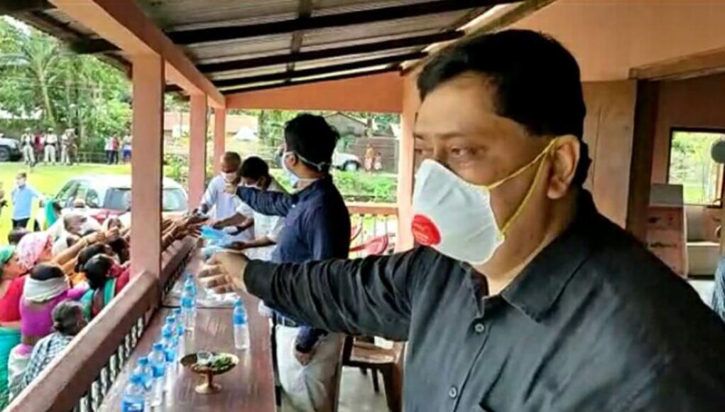 India News: Deputy commissioner of Kokrajhar district distributes face masks, Assam news