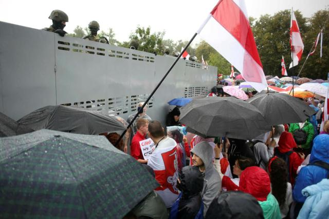 Protesters try to enter the center of Minsk