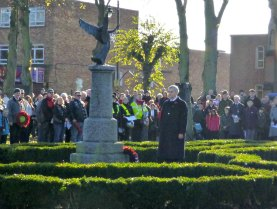 Huhne lays wreath