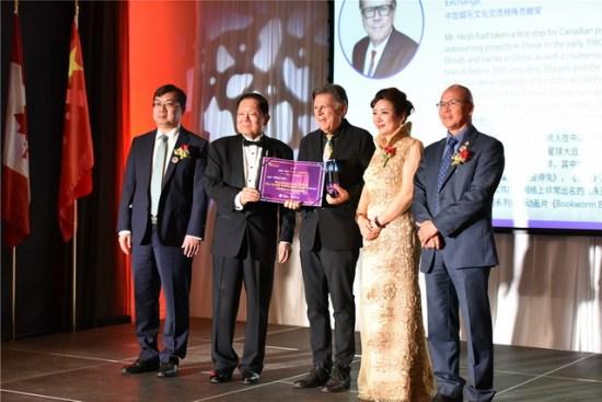 17、加拿大制片人Mr. Michael Hirsh获得中加电影文化交流特殊贡献奖