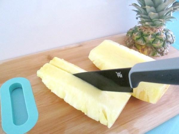 Je hebt nu 4 stukken ananas die er zo uit zien!