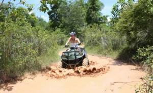 Phuket in Quad su percorso fangoso