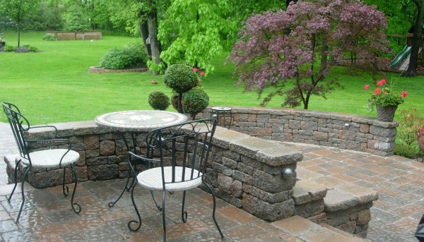 How to decorate your backyard garden