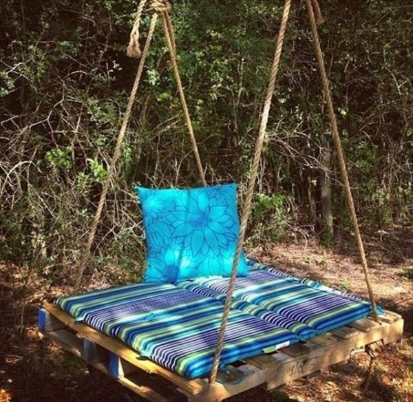 DIY wooden pallet swing