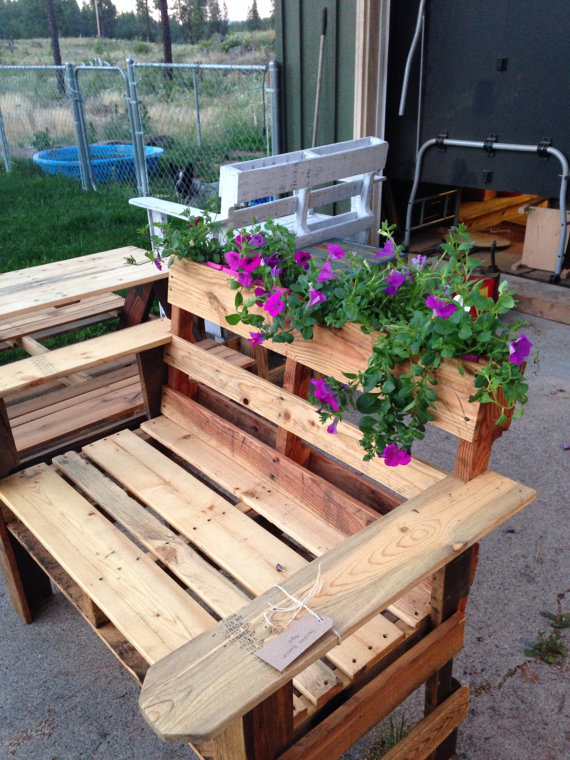 DIY Recycling Pallet into bench