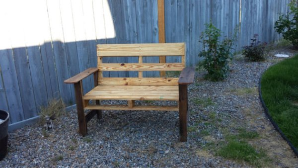easy DIY pallet bench with flower box