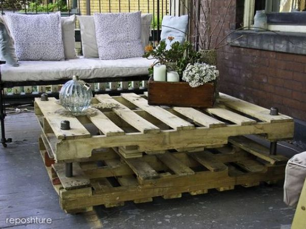 DIY coffee table of wooden pallets
