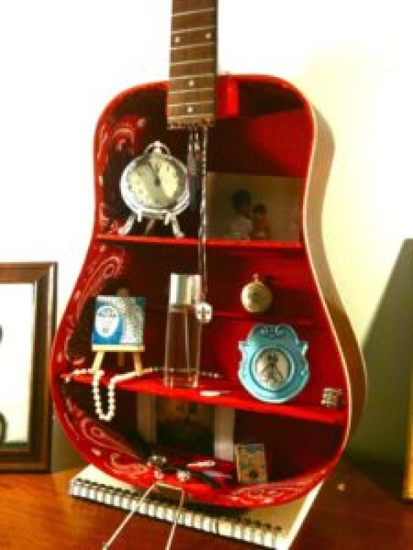 how to decor with old guitar