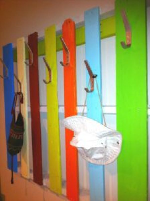 DIY multi-color Pallet Hanger