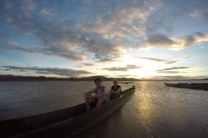 Varen en vissen op Lak Lake tijdens je tour met een Easy Rider van Dalat naar Nha Trang