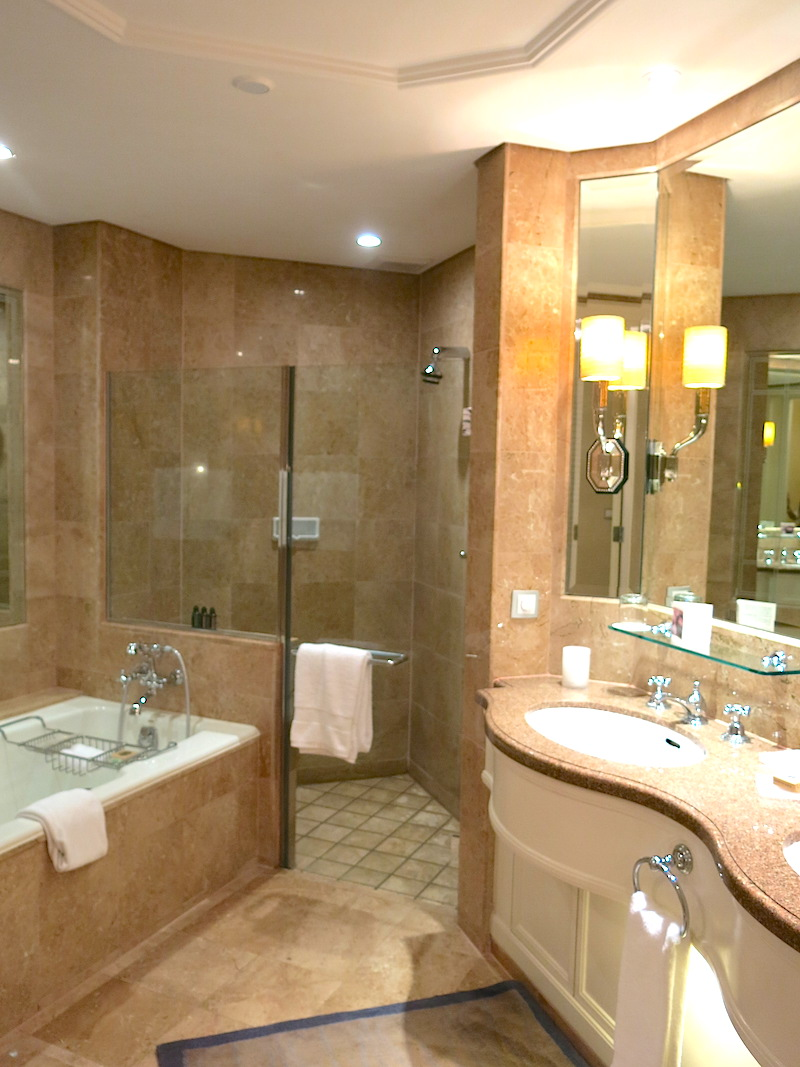 Four Seasons Hotel Singapore - Deluxe room bathroom