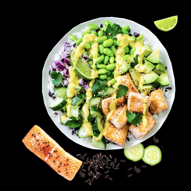 Bei der <b>Kombination aus Lachs, Avocado, Gurke und Reis</b> denkst du sofort an Sushi? Unsere Salmon Buddha Bowl schmeckt mindestens genauso gut! Die Basis bildet ein schön bissfester Basmati-Mix. Anders als bei einer Sushi Bowl <b>braten wir den Lachs saftig an</b>. Dazu kombinieren wir knackige Gurkenstücke, buttrige Avocado, feine rote Zwiebel und leicht-nussige Edamame. On top crunchy Sesam und Chia-Samen und eine Limettenspalte, mit der du eine <b>zitronige Säure</b> in deine Salmon Buddha Bowl bringst. Wir liefern die Buddha Bowl kalt zu dir.   Abgerundet wird der bunte Mix mit unserem cremigen Honig-Senf-Dressing oder würzigem Teriyaki-Dressing für eine asiatische Note. Alternativ kannst du dir auch unser fruchtiges Mango-Chutney oder den Smoky Chipotle Dip zu deiner Bowl bestellen.