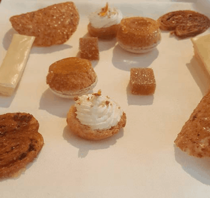 Sweets macarons, tuile biscuit, caramel - L'Arpège