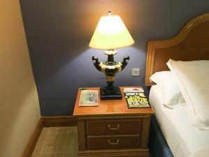 Hotel Review Le Meridien Fairway: bedside mags