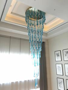 seasonal-tastes-westin-dubai-ahc-breakfast-a_chandelier