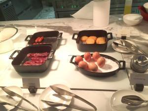 seasonal-tastes-westin-dubai-ahc-breakfast-g_veal-bacon-beef-sausage