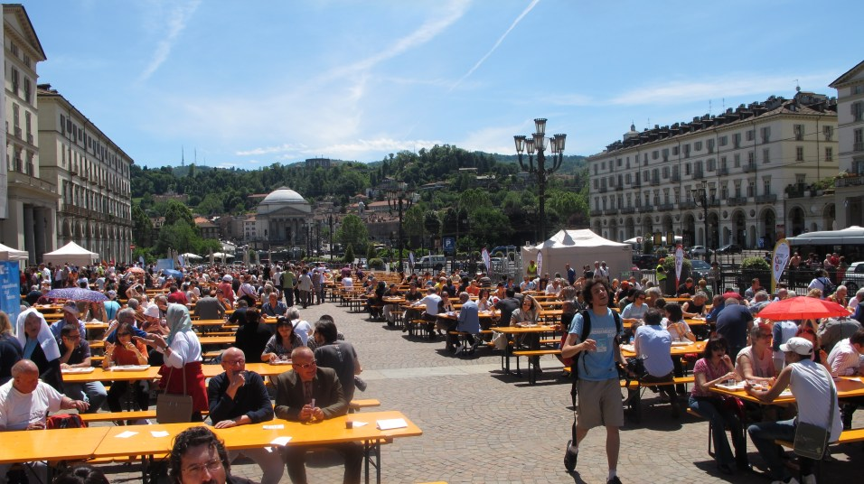 Eating-and-talking-in-the-square-Turin11