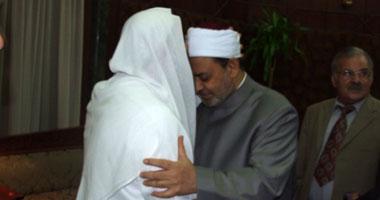 صورة الشيخ حسان يضع قبلة على جبين الإمام الأكبر
