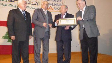 صورة رئيس الجمهورية يمنح الأستاذ الشمعة وسام المعلم