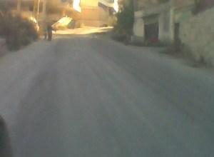 صورة أهالي بيادر حريز يقطعون الطريق باتجاه الديماس