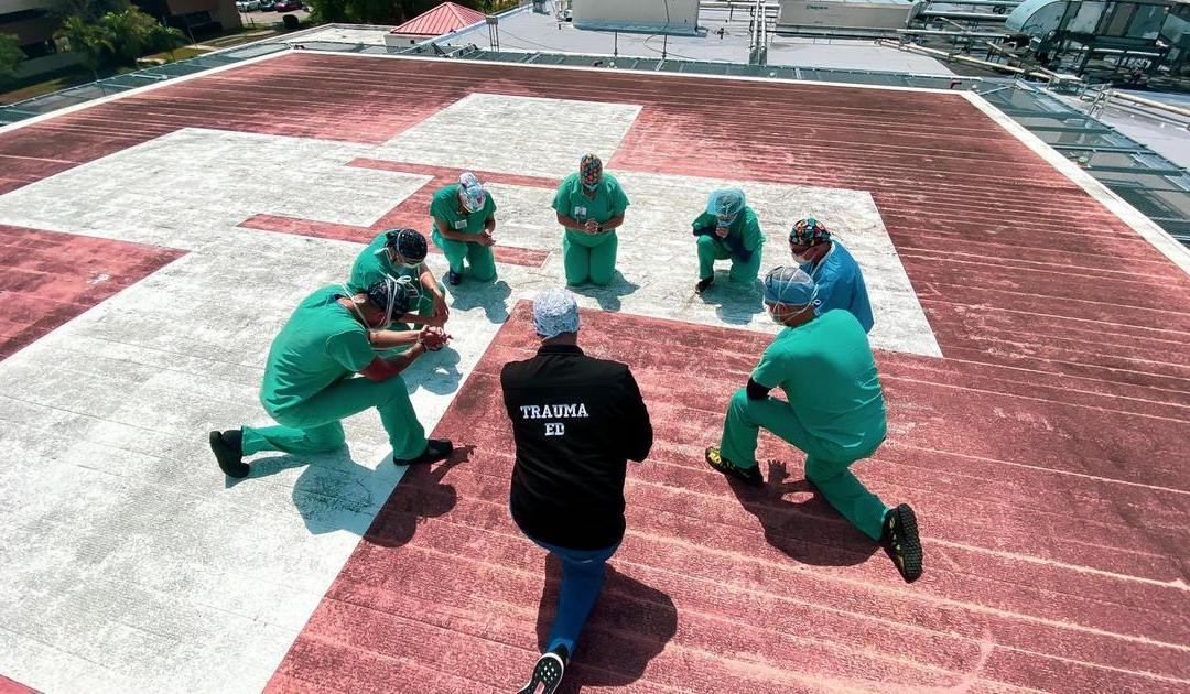 Coronavirus: Nurses and doctors in the US stand on hospital rooftops to pray over patients and families (Photos)