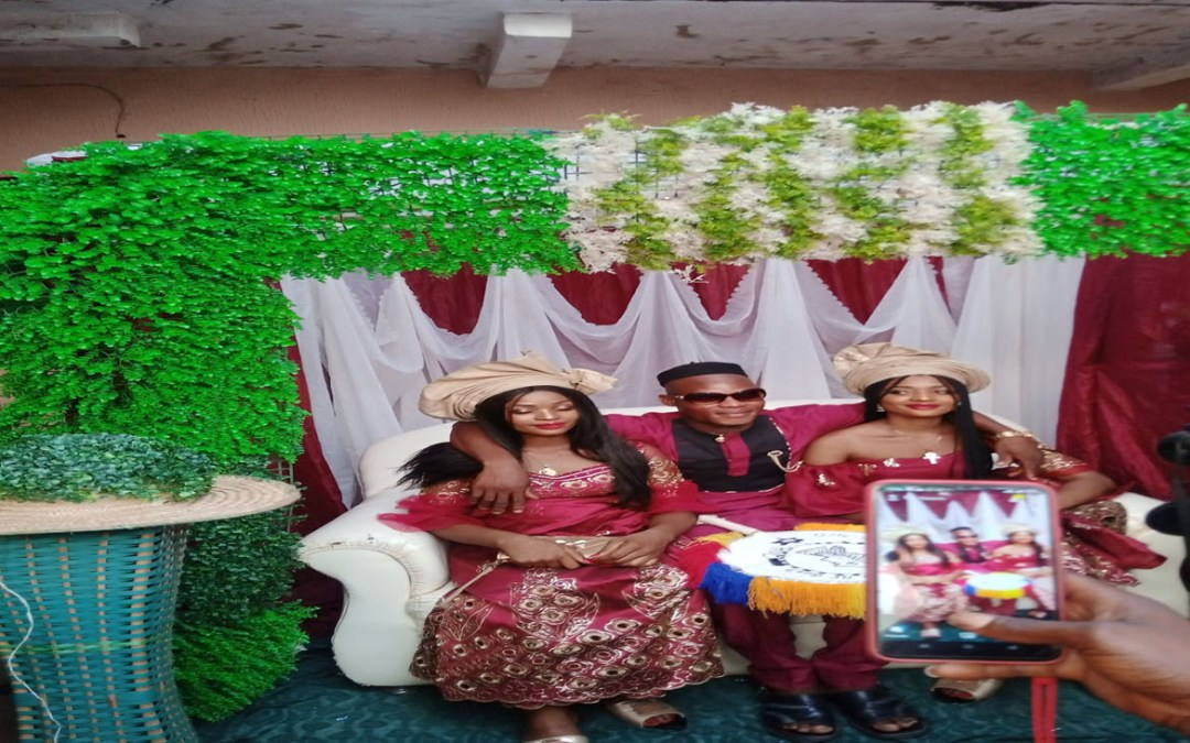 A Nigerian man marries twins sisters because they can't live without each other (video/photos)