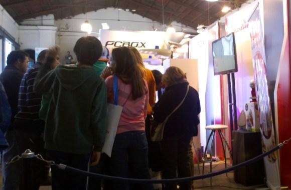 Gran cantidad de asistentes conociendo las novedades de PCBOX