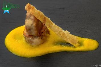 Pollo con peperoni e cheaps della sua pelle