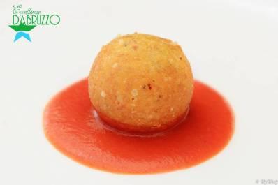 Cacio e ovo con mozzarella e salsa di pomodoro