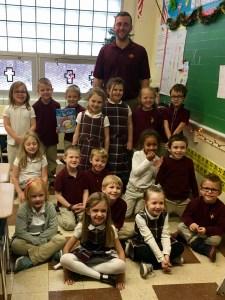 Alum reads Christmas story to kindergarten class