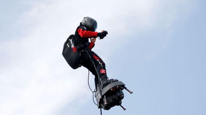 Foto: El inventor Franky Zapata sobre su Flyboard. (Reuters)
