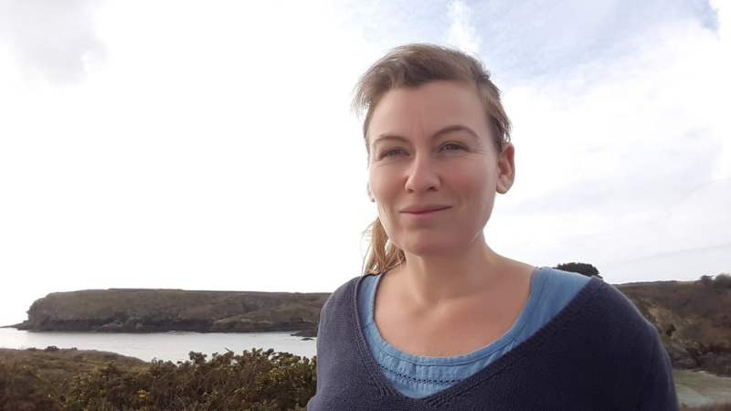 A Belle-Ile-En-Mer, Marie s'installe pour cultiver des plantes aromatiques et médicinales